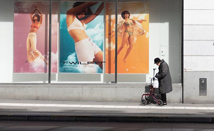 20 апреля 2020. Пожилая женщина с ходунками на улице Стокгольма, Швеция