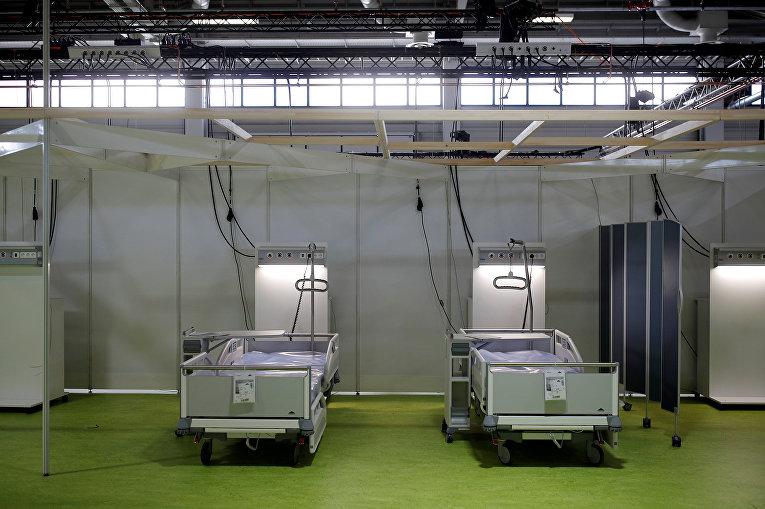 Койки, организованные в помещении выставочного комплекса в Берлине, Германия