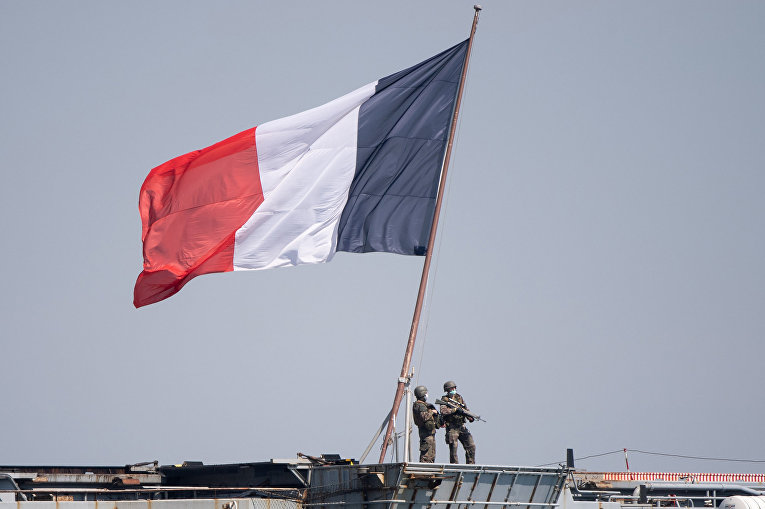 """Солдаты французского военно-морского флота борту французского авианосца """"Шарль де Голль"""" в порту Тулона"""