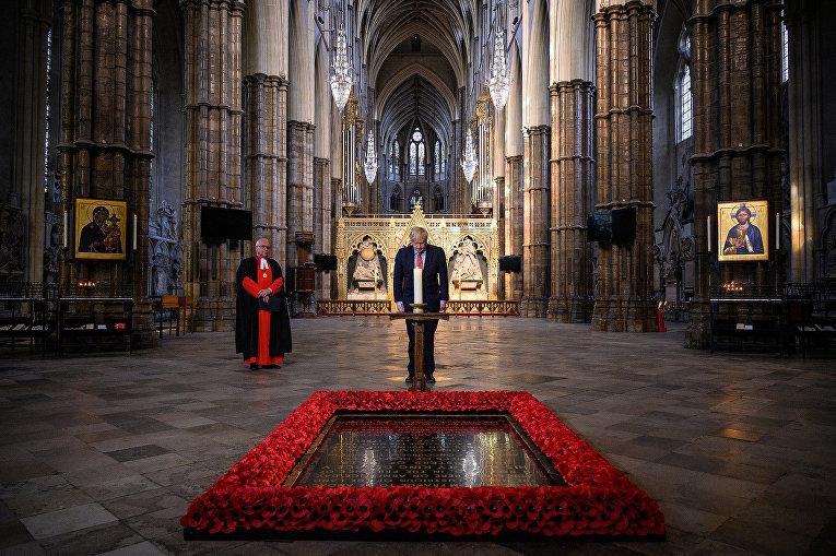 Премьер-министр Великобритании Борис Джонсон у мемориала неизвестному солдату в Вестминстерском аббатстве, Лондон