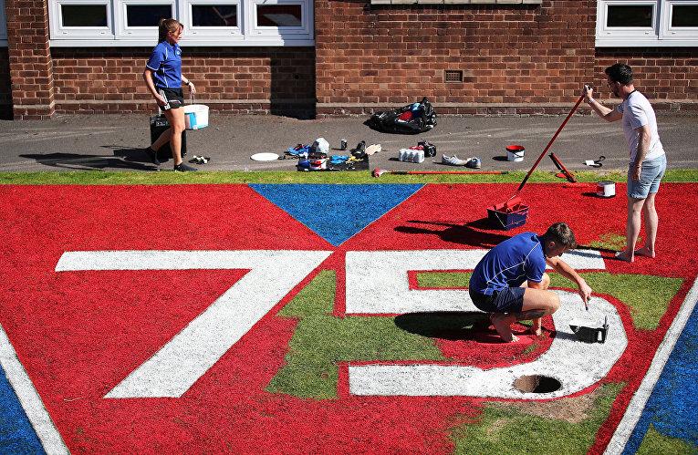 Сотрудники начальной школы Барнтона рисуют картину в преддверии 75-летию Победы