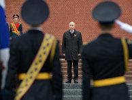 Президент РФ В. Путин возложил цветы к Могиле Неизвестного Солдата в Александровском саду