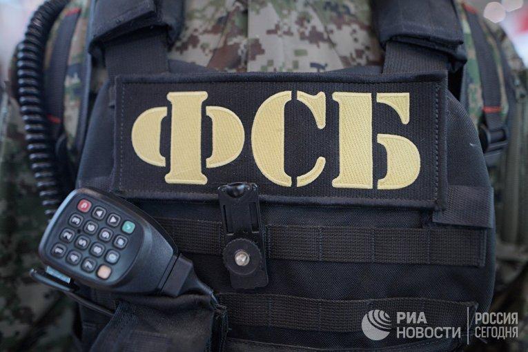 Бронежилет и рация сотрудника ФСБ РФ