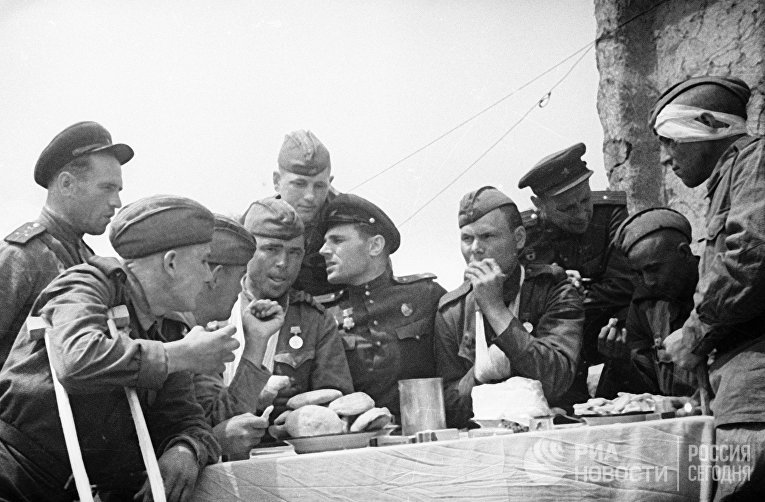 Командиры навещают в госпитале раненых бойцов