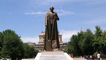 Памятник Нжде в центре Еревана