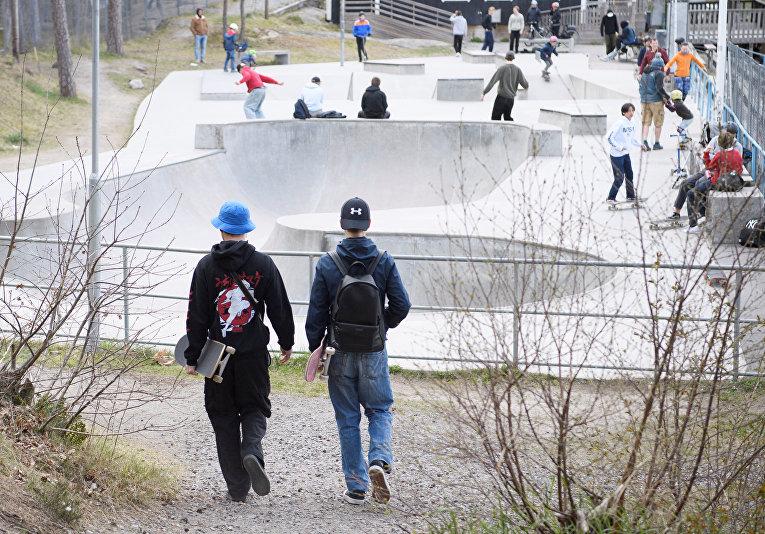 Скейтбордисты в парке во время вспышки коронавируса, Стокгольм, Швеция