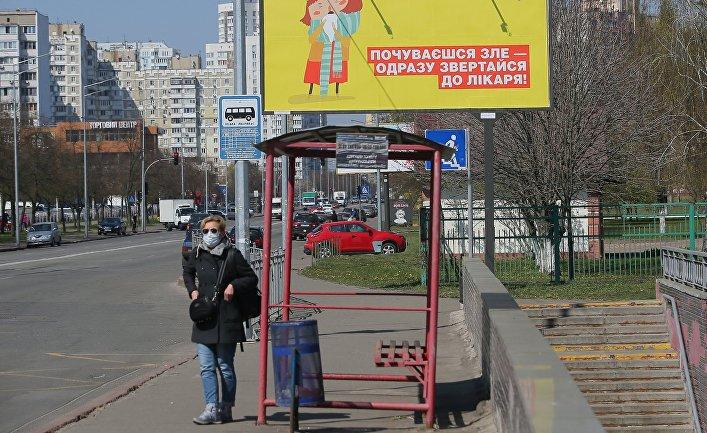 Женщина в защитной маске в Киеве