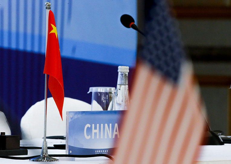 Национальные флаги Китая и США во время конференции
