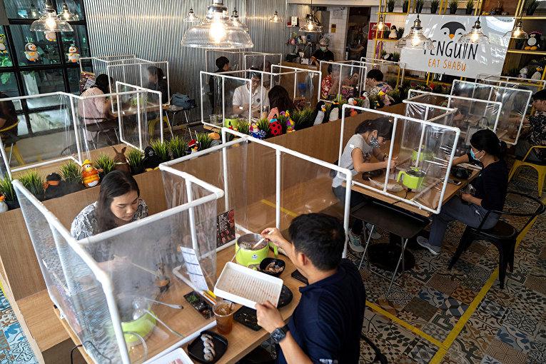 Посетители ресторана в Бангкоке, Таиланд