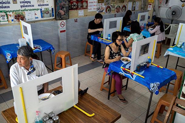 Посетители кафе в Бангкоке