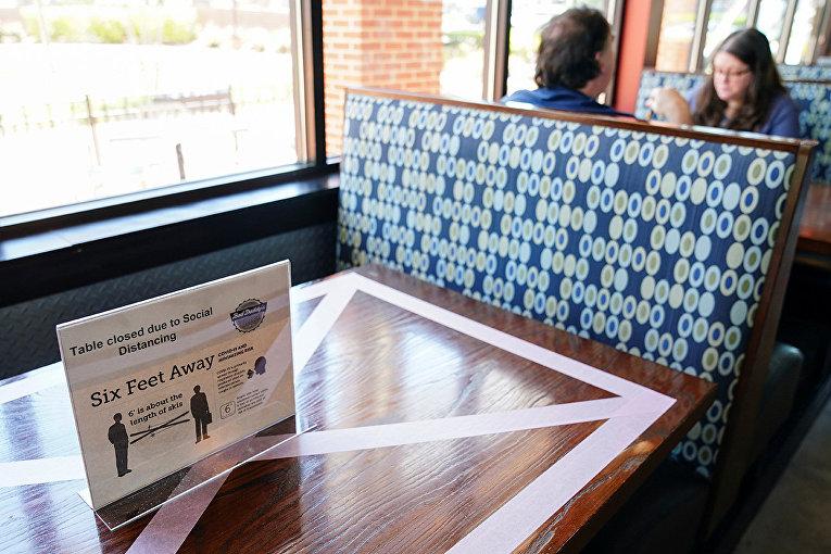 Закрытый столик обеспечивает безопасное расстояние между клиентами в одном из кафе в Смирне, штат Джорджия