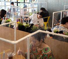 Посетители ресторана в Бангкоке