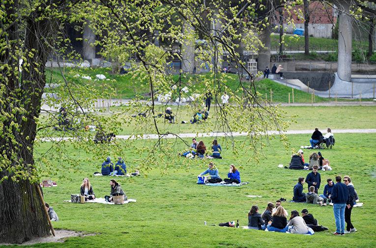 Люди гуляют в парке, Стокгольм, Швеция