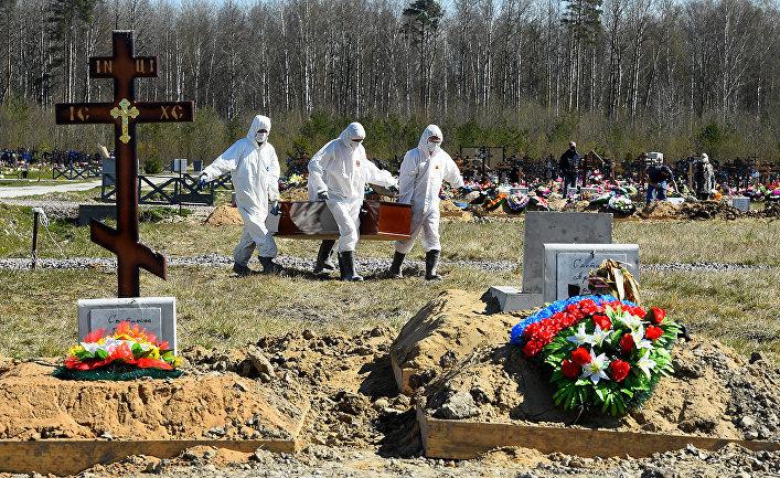 Захоронение жертв коронавируса на окраине Санкт-Петербурга