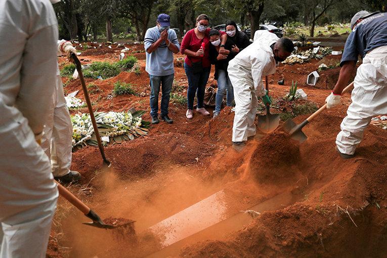 Похороны, умершего от коронавируса на кладбище в Сан-Паулу, Бразилия