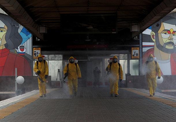 Сотрудники МЧС РФ проводят дезинфекционную обработку Ленинградского вокзала