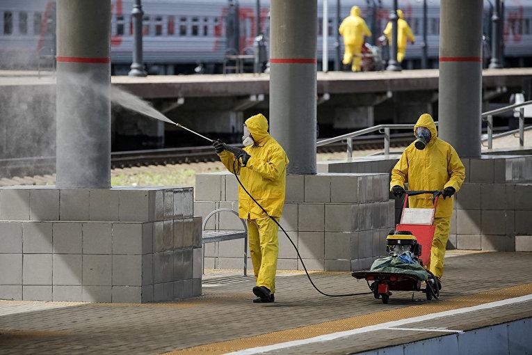 Сотрудники МЧС РФ проводят дезинфекционную обработку Киевского вокзала