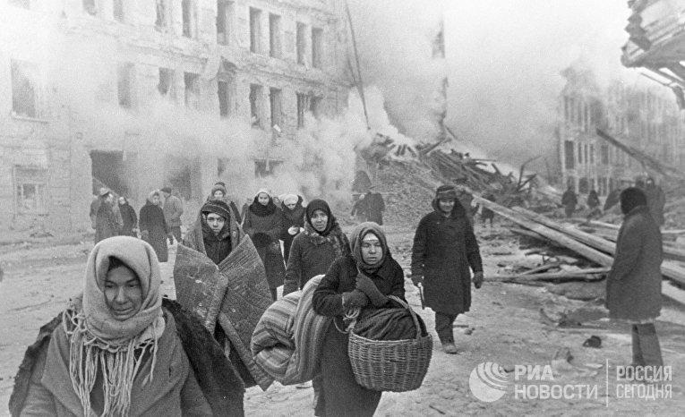 Жители блокадного Ленинграда выходят из бомбоубежища после отбоя тревоги.