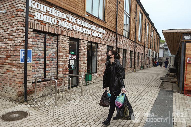 """Покупательница на """"Верхнем рынке"""" в Пятигорске"""