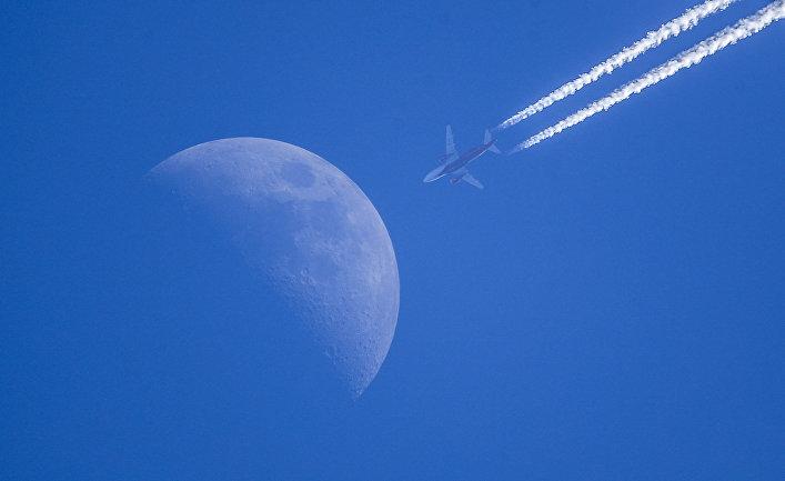 Луна и самолет. Мультиэкспозиция.