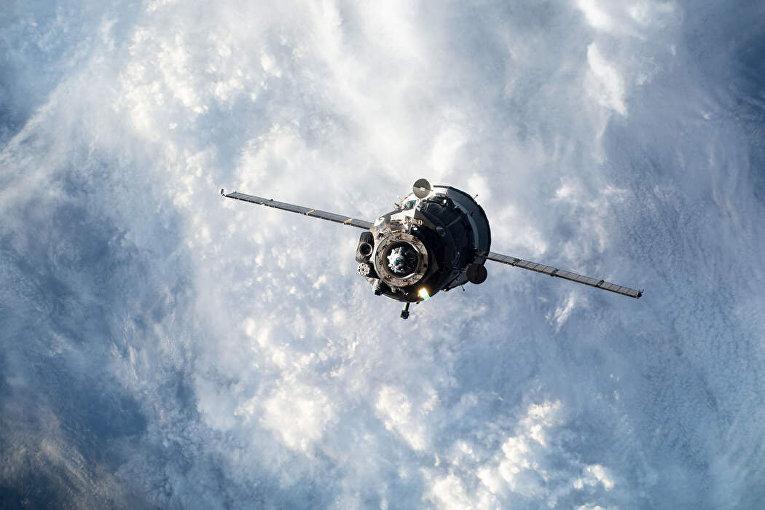 Космический корабль «Союз» с тремя человеками на борту по дороге к космической станции в марте 2019 года