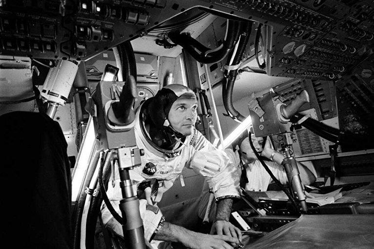 Майкл Коллинз в симуляторе «Аполлона» в 1969 году