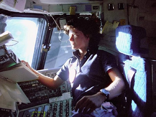 Салли Райд на борту шаттла «Челленджер» в 1983 году