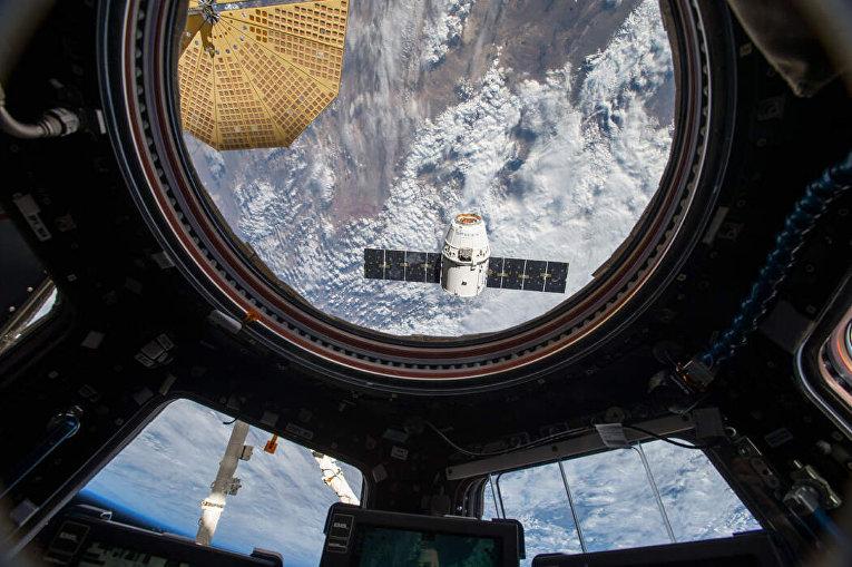 Грузовая капсула «Дракон» приближается к космической станции в 2016 году