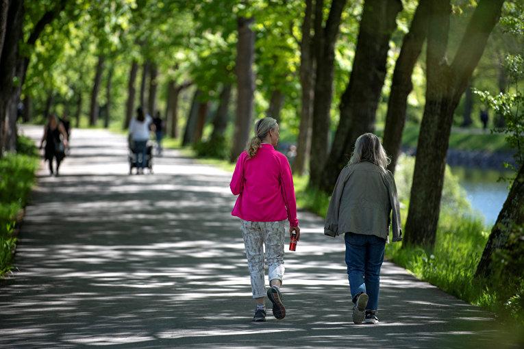 26 мая 2020. Люди гуляют в Юргордене, Стокгольм, Швеция