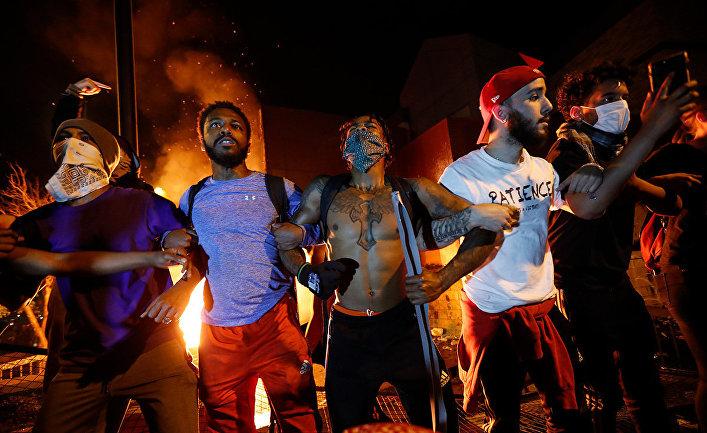 Протестующие у здания полицейского участка в Миннеаполисе