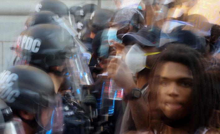 31 мая 2020. Полиция сдерживает демонстрантов недалеко от Белого дома, Вашингтон, США