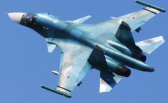 Истребитель-бомбардировщик Су-34 во время подготовки к открытию МАКС-2019