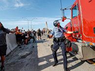 Автоцистерна въезжает в толпу протестующих в Миннеаполисе, штат Миннесота