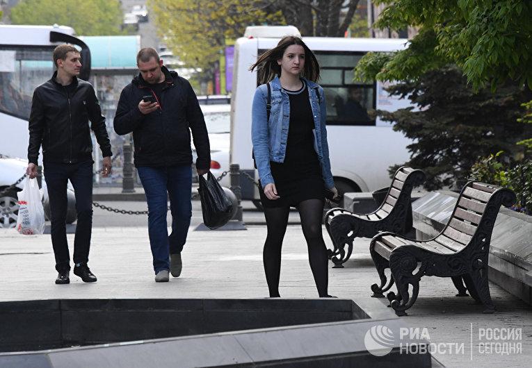 Прохожие на улице во Владивостоке