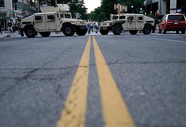 Военные автомобили блокируют дорогу возле Белого дома в Вашингтоне