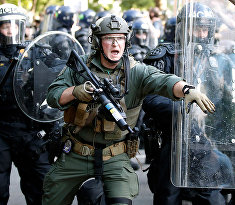 Сотрудники полиции во время столкновений с протестующими возле Белого дома в Вашингтоне