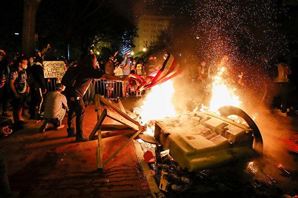 Протестующие устроили пожар в знак протеста против смерти Джорджа Флойда в Вашингтоне.