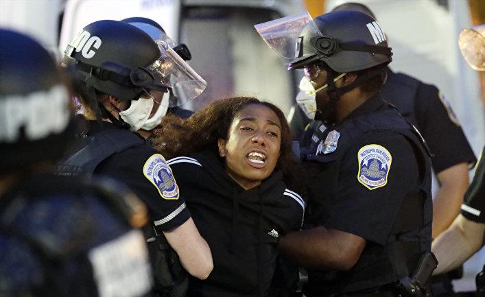 1 июня 2020. Полиция разгоняет демонстрантов у Белого дома, Вашингтон, США
