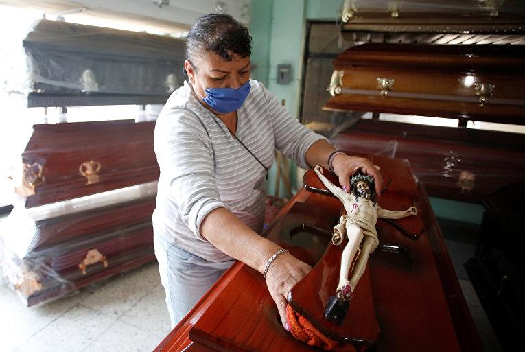 Сотрудница похоронного бюро в Мексике
