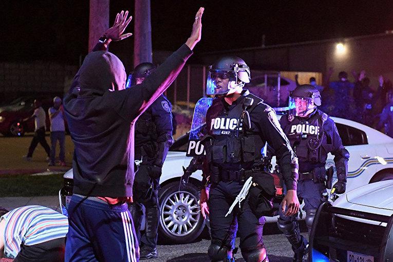 Задержание участника беспорядков в Фергюсон