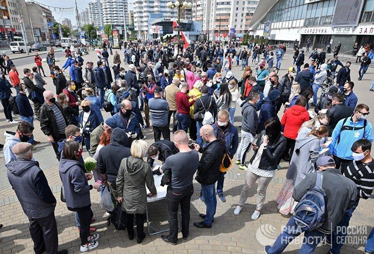 Пикет по сбору подписей за выдвижение кандидатов в президенты Белоруссии