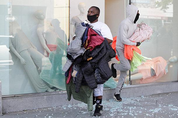 Мародеры с украденной одеждой в Санта-Монике