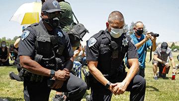 Сотрудники полиции преклоняют колени в Фэрфилде