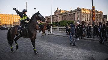 3 июня 2020. Полиция Стокгольма следит за порядком во время демонстрации в знак солидарности с протестующими против расизма и полицейского насилия в США
