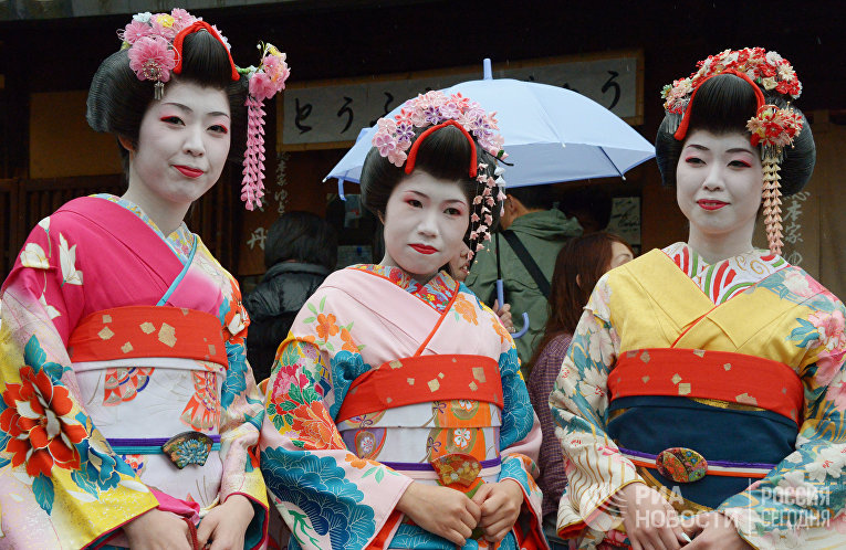 Жительницы Японии в национальных костюмах