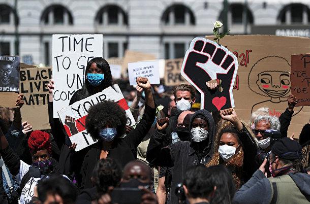 Участники акции протеста против расового неравенства в Брюсселе