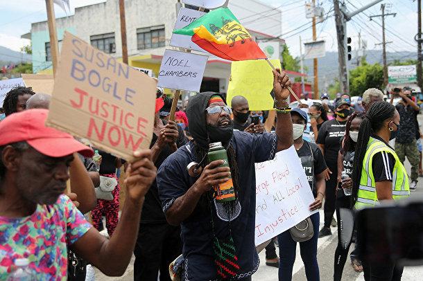 Участники акции протеста у здания посольства США в Кингстоне