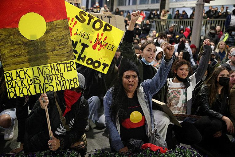 Участники акции протеста в знак солидарности с движением Black Lives Matter в Сиднее