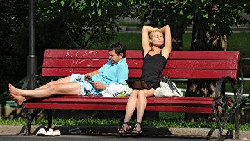 Отдых горожан на Манежной площади в Москве