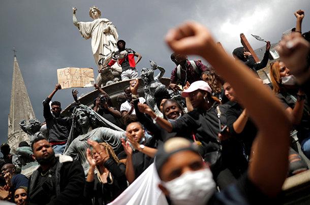 Участники акции протеста против расового неравенства в Нанте